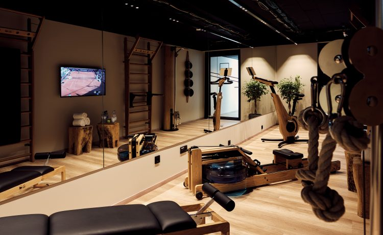 Interior view of the gym in the Schwabinger Wahrheit with noble fitness equipment from NOHrD.