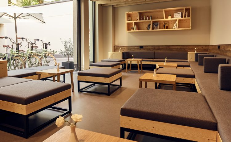 Cosy and tidy interior with seating furniture in the Schwabinger Wahrheit.