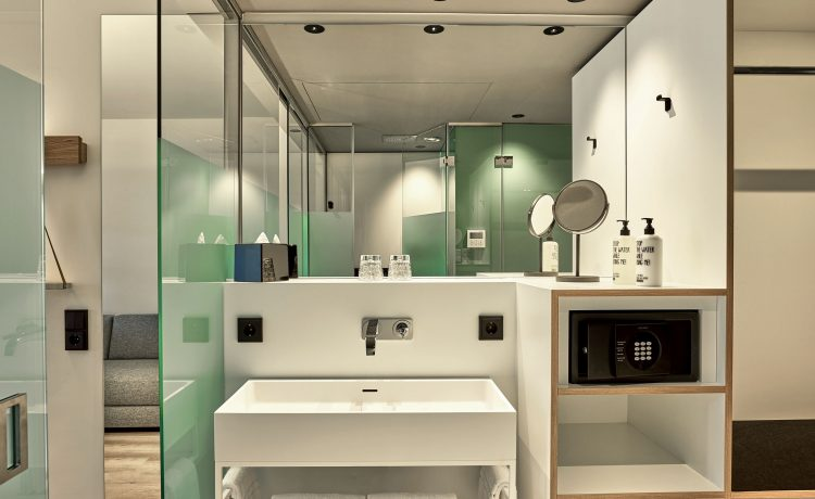 Large and functional bathroom with large sink and mirror in the Schwabinger Wahrheit.