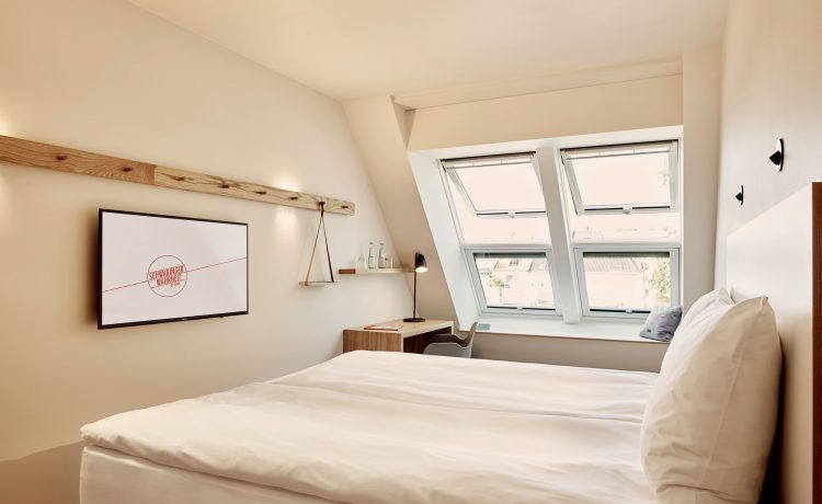 Light-flooded double bedroom with a view of the courtyard in the Schwabinger Wahrheit.