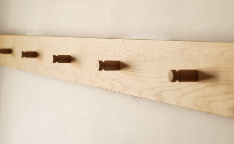 Coat rack made of light wood in the Schwabinger Wahrheit.