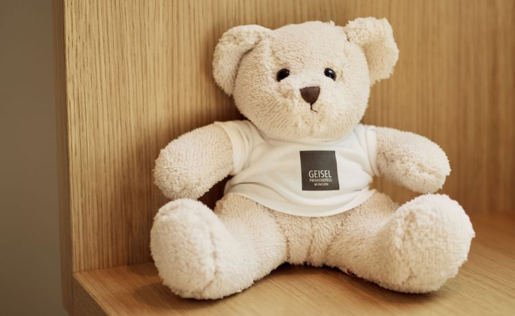 Teddy bear with white t-shirt with logo of Geisel Privathotels.