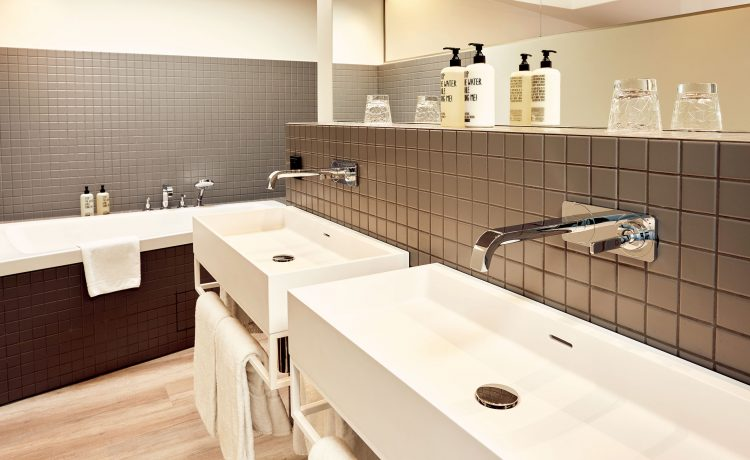 Interior view of a bathroom with double washbasin in the Schwabinger truth.