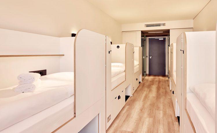 Large team room with sleeping cabins in the Schwabinger Wahrheit.
