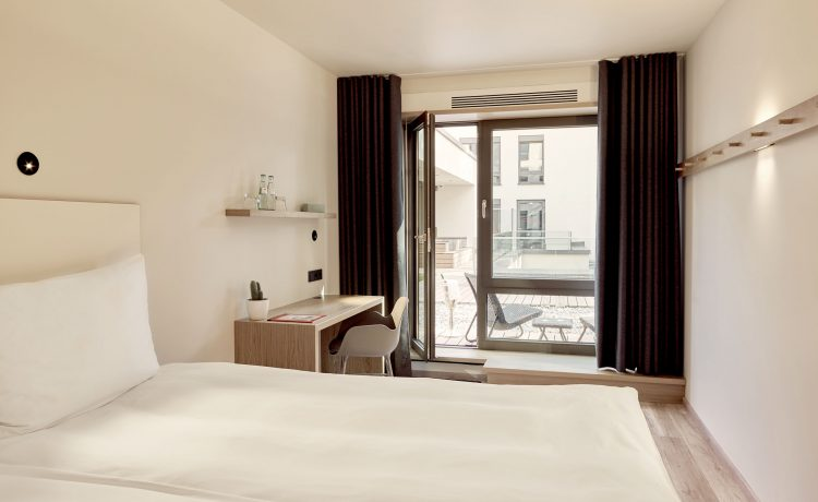 Beautiful and bright terrace room in the Schwabinger Wahrheit.