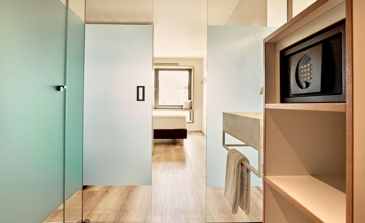 Changing rooms with frosted glass in the twin room of Schwabinger Wahrheit.
